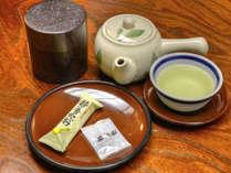 【*アメニティ】お部屋にはお茶とお茶請けをご用意しています。