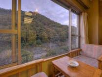 【*川側8畳】香東川の流れと山々を眺めることができる、景色の良いお部屋です。