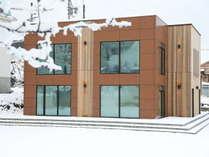 冬のブルーバードアパートメンツ外観 お部屋からは八方名木山ゲレンデのパノラマビュー
