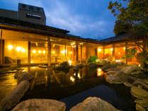 【大浴場・露天岩風呂】開放的な露天岩風呂。満天の星のもと、温泉に浸かり日々の疲れをお癒しください。