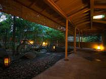 当館の中心に鎮座する日本庭園。晴れの日はもちろん、雨の日の風情が特に素晴らしいと好評です。