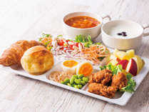 朝からしっかり食べたい方には、からあげやパワーサラダなど、お肉メニューがぴったり!