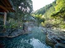 渓流沿いの大露天風呂「しいばの湯」。