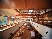 レストラン:吹き抜けの開放感と自然を取り込む大きな窓
