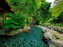 滴るような緑に囲まれた露天風呂「しいばの湯」