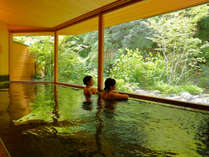 【山の湯】平成30年4月新装オープン。山の緑を目の前で満喫できる屋内風呂。