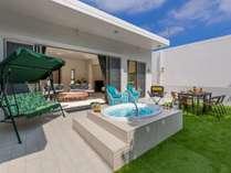 広々としたお庭にジャグジー&バーベキュースペース!施設内でも楽しい時間をお過ごしいただけます。