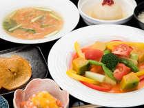 *【夕食(一例)】一品一品、素材を活かした味付け。味も食感も楽しめると評判です。