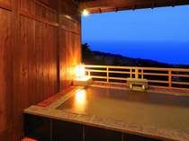 離れの貸切露天風呂。夕方の雰囲気も素敵♪