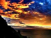燃えるような夕焼け空の海のコントラスト