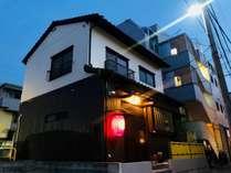 2階建ての一棟貸しです。「舎」の赤い提灯が目印です
