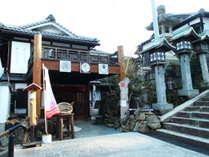 【外観】宝山寺参道沿い、大鳥居の目の前の立地!
