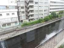 窓から見える川