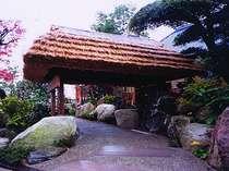 茅葺き屋根の山門をくぐると、古民家風の佇まいの杜の湯別館がある