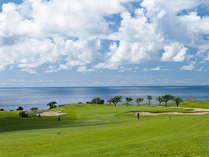 *【ゴルフコース】名物海越えショット!海と空、沖縄の豊かな自然に囲まれた雄大なロケーションが魅力。