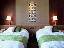 *【ツインルーム一例】シックにまとめられたお部屋は、リゾート時間を落ち着いてお過ごし頂ける空間。