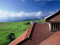 ホテル外観:緑鮮やかなゴルフコースとコバルトブルーに輝く太平洋。圧倒的なロケーションで沖縄を満喫。