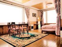 左の窓から羊蹄山の眺望。奥をカーテンでベッドルームとして仕切ることもできます。