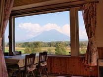 大きな窓から見える羊蹄山。美しい外の景色を眺めながらの食事は格別。