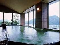 湯郷の山々と街並みが見渡せる七階浴場