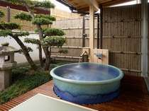 天然温泉、落ち着いた雰囲気の客室露天風呂(青竹の間)気兼ねなく好きな時に好きなだけ温泉にお浸り下さい。