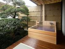 天然温泉、足もゆったり伸ばせるひのきの客室の露天風呂(若竹の間)