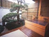 天然温泉、足もゆったり伸ばせるひのきの客室露天風呂(若竹の間)