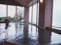 """湯郷の山々と街並みが見渡せる七階大浴場。""""美人作り湯""""という別名を持つ温泉は、肌にしっとりなじむ。"""