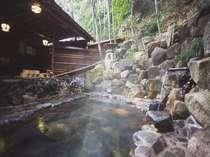 自然の竹林の中にひっそりと佇む男性露天風呂(ささなきの湯)