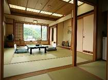 [和室14.5畳+6畳]-角部屋-二間続きの広めのお部屋となっております。