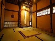 露天風呂の後には、落ち着いた雰囲気の「竹亭」自慢の茶室で、おいしい黒豆茶をどうぞ。