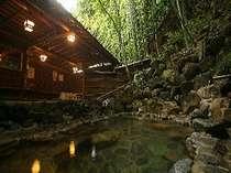 露天・男湯:「竹亭」名物、情緒ある竹林の中の露天風呂。写真は男湯の、「ささなきの湯」。
