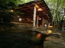 露天・女湯:「竹亭」名物、情緒ある竹林の中の露天風呂。写真は女湯の、「仇討ちの湯」。