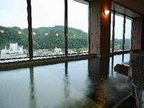 展望露天:湯郷温泉街を一望する「展望風呂」。大きな窓より外の眺めを楽しみながら、癒しの時を・・・。