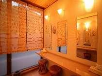 女性用内湯の脱衣所にある、清潔さがうれしいパウダールーム♪