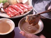 [とろける牛しゃぶ鍋]牛しゃぶ鍋を自家製のゴマだれとポン酢でどうぞ