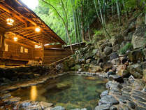 湯郷温泉で最も歴史ある露天風呂。写真は男湯の情緒ある竹林の中の露天風呂「ささなきの湯」。