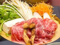 岡山和牛と松茸のスキヤキ:秋ならではの豪華食材の饗宴!甘み・旨み・香ばしさが口いっぱいに広がります。