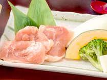 """【岡山森林鶏の陶板焼き】""""純おかやま育ち""""お肉のキメが細かく加熱してもやわらかです"""