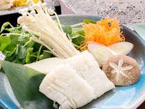 【鱧しゃぶ】ぐつぐつと煮立ったお出汁にさっとくぐらせ、白い鱧の花が咲いたら食べごろです。