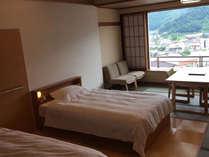 ~風の館ベッドとお布団のお部屋~16畳相当の室内にて、椅子テーブルでお部屋食ができます。
