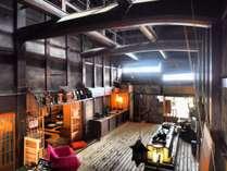 高い吹き抜けの天井と宮大工による圧巻の梁の数々が広がるロビースペース