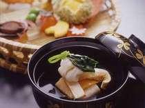 京野菜や旬の素材を活かした料理長の自信作が並びます。ほっと落ち着く京都の味をお楽しみください。