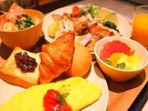 【朝食】目の前でシェフが調理するライブコーナーも設置<一例>