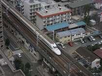 部屋の窓から見えるN700系新幹線