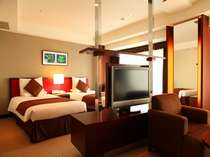 デラックスツインルーム(40.8平米)中央のテレビはリビングでもベットルームでもお楽しみいただけます。