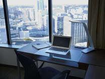 ■コンフォートシングルには、窓に向かって機能的な大きなデスクがあって便利です