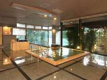 男性大浴場「夫楽湯」内湯は大理石と檜の2つをご用意。アルカリ性単純温泉。