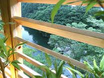 露天風呂風呂からは鬼怒川の渓谷が眼下にひろがる。