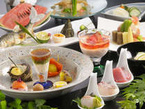 夏のお料理の一例です。見た目にも麗しいお料理は、旬を大事にする料理長の想いが込められています。